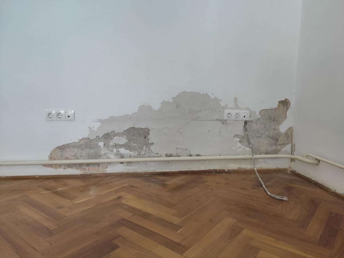 Oktató teremben felnedvesedett fal a felújítás előtt.