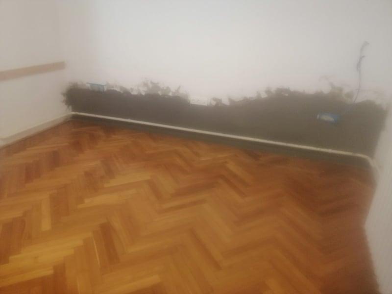 Oktató teremben nedvesség megkötő (trassz) vakolattal besimítva várja a fal a glettelést